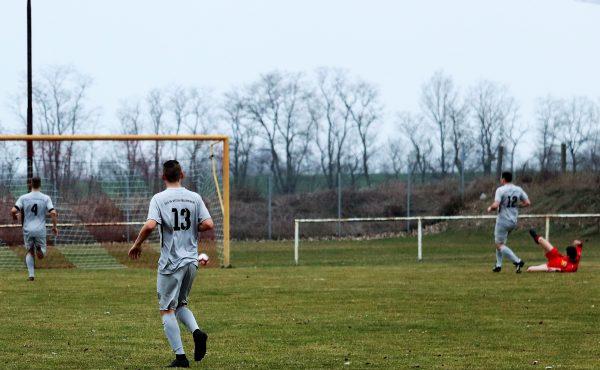 Im Liegen schnippst der Torschütze den Ball ins Netz